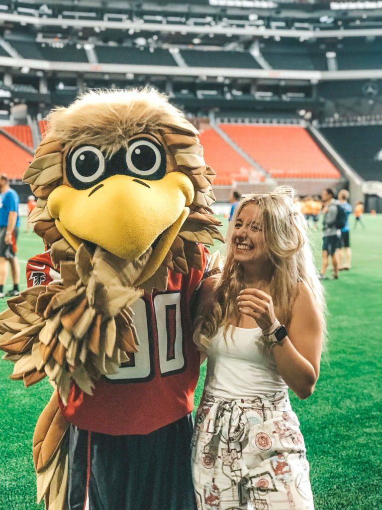 Mascot Freddie - Atlanta Falcons und Bloggerin Raffaela