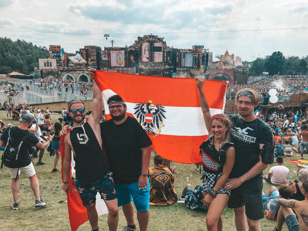 Tomorrowland Bühne und Gruppenfoto